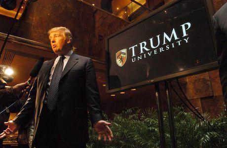 Ong Trump gay soc khi boi thuong 25 trieu USD trong vu kien lua dao - Anh 1