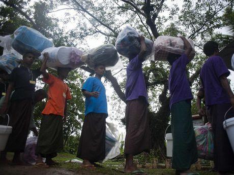 Bangladesh chan hon 120 nguoi Rohingya dinh vuot bien - Anh 1