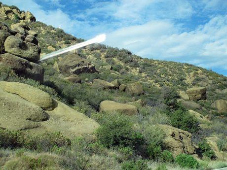 UFO chay sang phot ra tu vach nui o Nam California - Anh 2