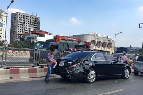 Mercedes S500 tien ty bi xe khach tong mop duoi tai Ha Noi - Anh 1
