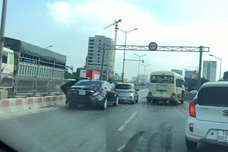 Mercedes S500 tien ty bi xe khach tong mop duoi tai Ha Noi - Anh 2