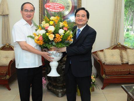 Bo truong Phung Xuan Nha chuc mung GS.TS Nguyen Thien Nhan nhan ngay 20/11 - Anh 1