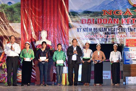 Thu tuong du Ngay hoi dai doan ket toan dan tai xom Mat, Hoa Binh - Anh 2