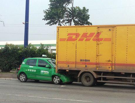 """Taxi """"ui"""" xe tai gan 40 m tren xa lo Ha Noi - Anh 1"""