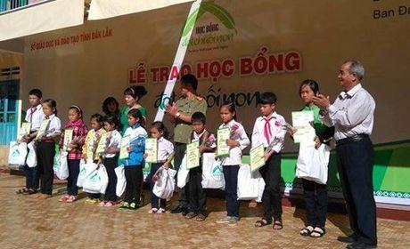 Trao hoc bong cho hoc sinh ngheo vuot kho vung Tay Nguyen - Anh 1