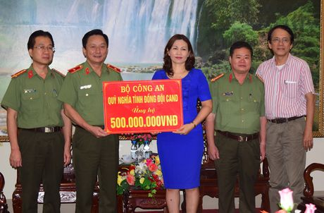 Bo Cong an ung ho dong bao lu lut vung Thua Thien - Hue - Anh 1