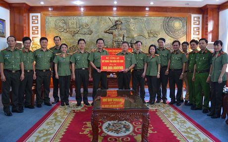 Bo Cong an ung ho dong bao lu lut vung Thua Thien - Hue - Anh 2