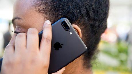 iPhone bi mat gui lich su cuoc goi len iCloud, Apple goi do la mot tinh nang - Anh 1