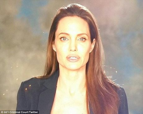 Angelina Jolie lan dau lo dien sau vu ly hon - Anh 1