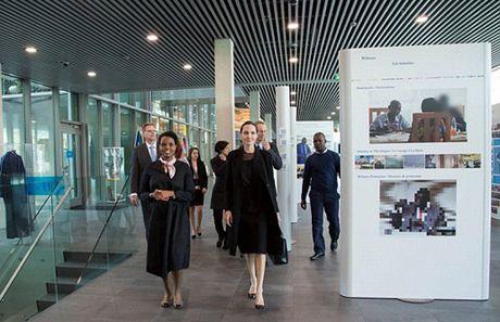 Angelina Jolie lan dau lo dien sau vu ly hon - Anh 2