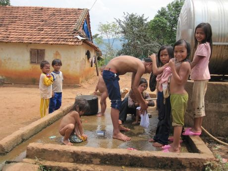 Tay Nguyen: Ve ngoi lang phu nu sinh het trung moi thoi - Anh 1