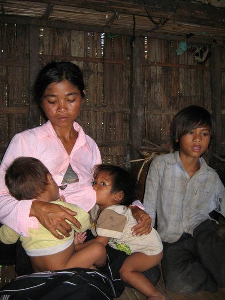 Tay Nguyen: Ve ngoi lang phu nu sinh het trung moi thoi - Anh 2