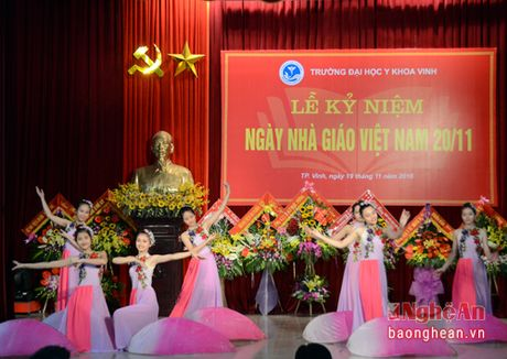 Lanh dao tinh chuc mung Truong Dai hoc Y khoa Vinh - Anh 2