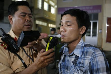 CSGT kiem tra hanh chinh cac loai xe o Sai Gon tu 0 gio sang - Anh 4