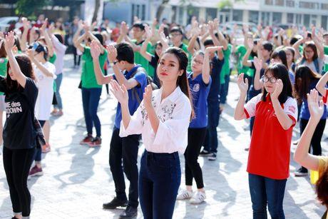 Hoa hau Do My Linh muon duoc cac thay co doi xu binh thuong - Anh 1