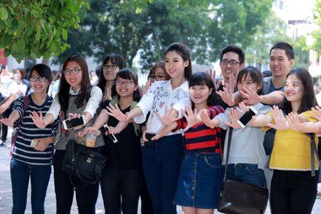 Hoa hau Do My Linh muon duoc cac thay co doi xu binh thuong - Anh 3