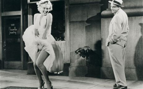 Vay cua Marilyn Monroe lap ky luc dau gia voi 4,8 trieu USD - Anh 3