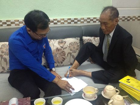 Bi thu thu nhat T.U Doan Le Quoc Phong tham nha giao uu tu Nguyen Ngoc Ky - Anh 2