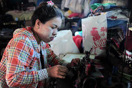 Chuyen ve gia dinh tho may yeu bong da o Yangon - Anh 1
