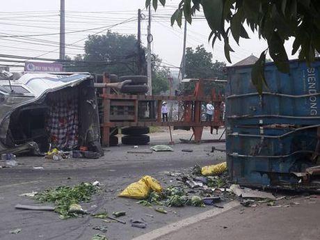 HN:Thung xe container vang xuong duong, 2 nguoi tu nan - Anh 2