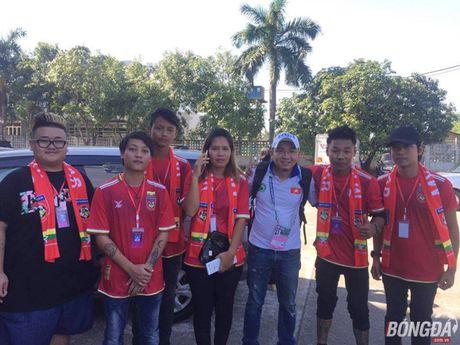 Fan Myanmar hung huc khi the xem tran Viet Nam - Anh 1