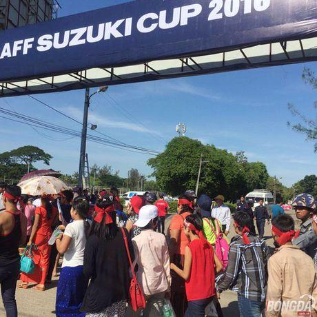 Fan Myanmar hung huc khi the xem tran Viet Nam - Anh 2