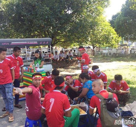 Fan Myanmar hung huc khi the xem tran Viet Nam - Anh 4