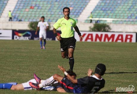 Trong tai be co gay tranh cai ban thang cua 'Messi Campuchia' - Anh 2