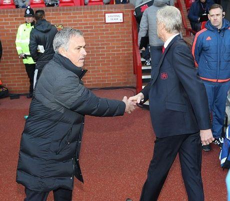 Mourinho va Wenger: Bat tay nhung khong them nhin mat nhau - Anh 2