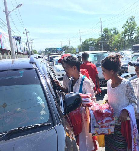 Xem phe ve Myanmar kiem an truoc tran gap Viet Nam - Anh 3