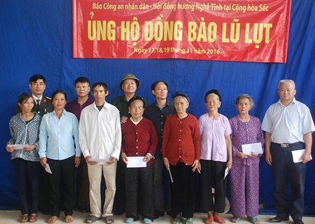 Ung ho dong bao vung lu Nghe An 220 trieu dong - Anh 3