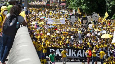 Dan do xuong duong bieu tinh doi Thu tuong Malaysia tu chuc - Anh 1