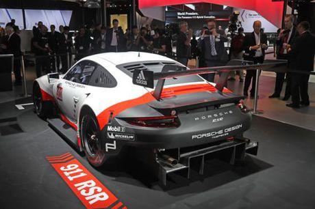 Panamera Executive va 911 RSR toa sang gian trung bay cua Porsche - Anh 10