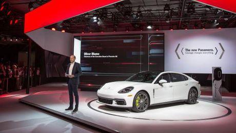 Panamera Executive va 911 RSR toa sang gian trung bay cua Porsche - Anh 3