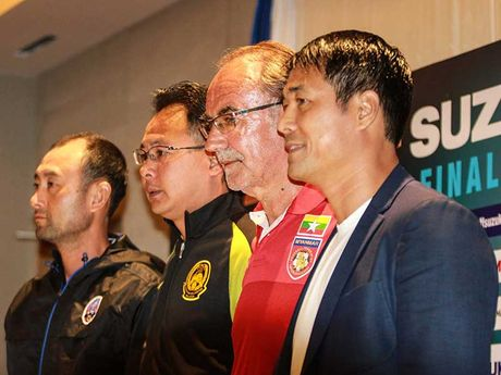 HLV Malaysia buc boi vi dat doi Viet Nam len keo tren - Anh 1