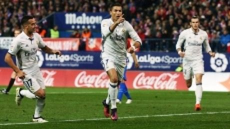 Ronaldo lap hat-trick, Real nhan chim Atletico trong tran derby Madrid - Anh 1