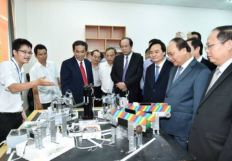 Thu tuong tham DH Quoc gia TP.HCM bang xe khach - Anh 2