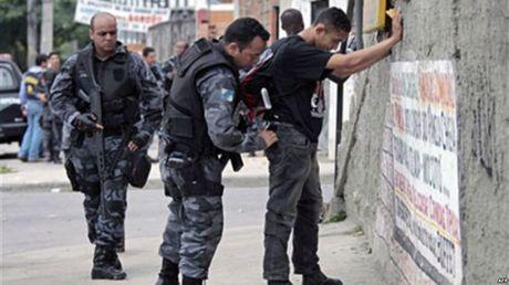 Brazil: Truc thang cho canh sat lao thang xuong dat, 4 nguoi thiet mang - Anh 1