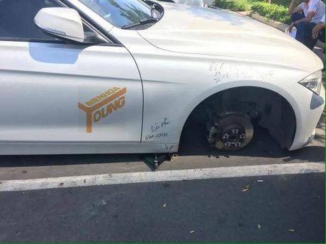 Dau xe ngoai duong, 'xe hop' BMW bi trom thao banh - Anh 1
