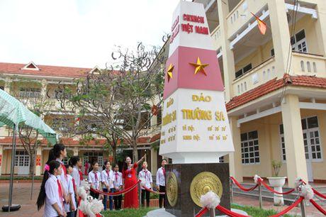 Cot moc chu quyen Truong Sa trong khuon vien truong hoc - Anh 1
