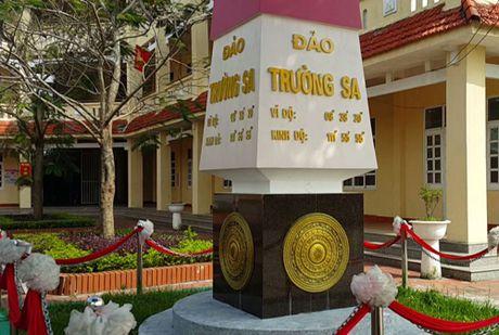 Cot moc chu quyen Truong Sa trong khuon vien truong hoc - Anh 2
