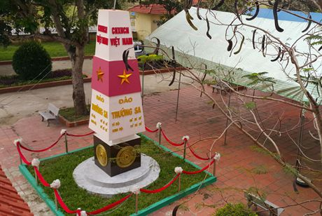 Cot moc chu quyen Truong Sa trong khuon vien truong hoc - Anh 3