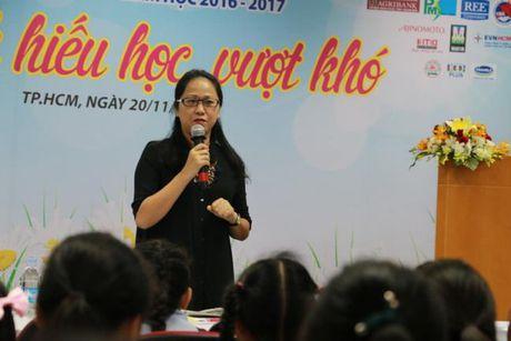 Bao Phu Nu trao hoc bong 'Nu sinh hieu hoc, vuot kho': De viec den truong la niem vui... - Anh 1