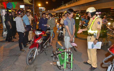 TP HCM: Chong dua xe trai phep suot giai bong da AFF Cup - Anh 1