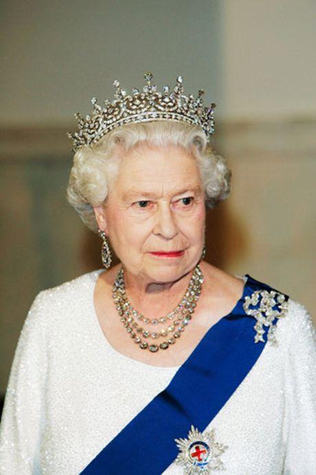 Nhung chiec vong co dat gia cua Nu hoang Elizabeth II - Anh 11
