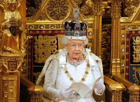 Nhung chiec vong co dat gia cua Nu hoang Elizabeth II - Anh 12
