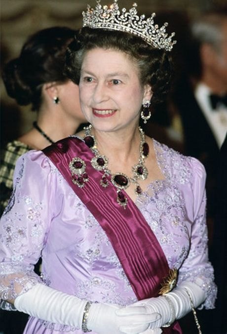 Nhung chiec vong co dat gia cua Nu hoang Elizabeth II - Anh 15