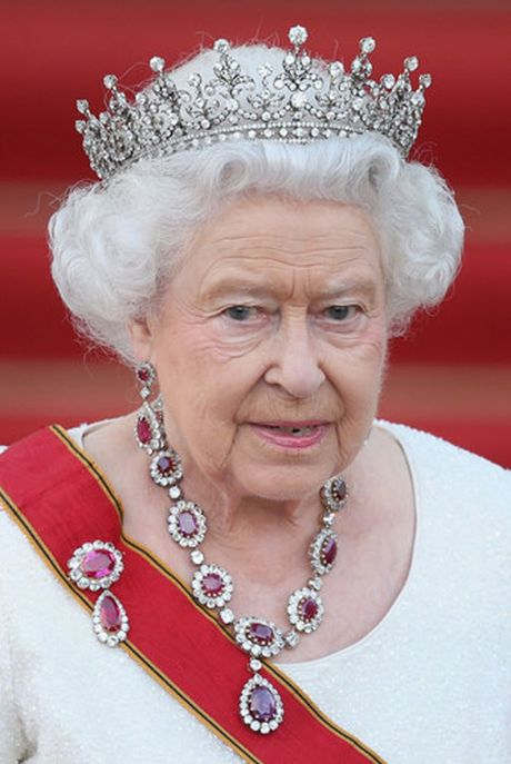 Nhung chiec vong co dat gia cua Nu hoang Elizabeth II - Anh 6