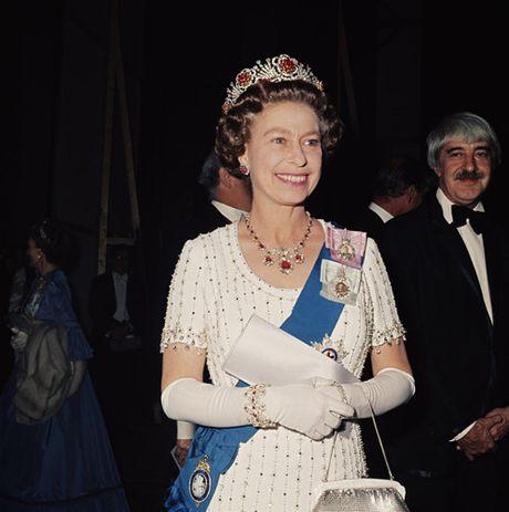 Nhung chiec vong co dat gia cua Nu hoang Elizabeth II - Anh 7