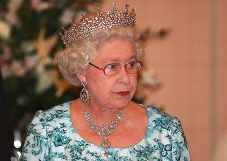 Nhung chiec vong co dat gia cua Nu hoang Elizabeth II - Anh 8